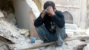 Un Syrien assis sur les ruines d'un immeuble d'Alep, après un bombardement du régime, le 4 octobre 2016.