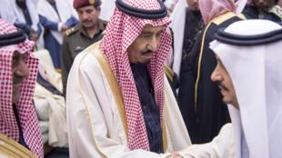 العاهل السعودي الجديد يستقبل العزاء