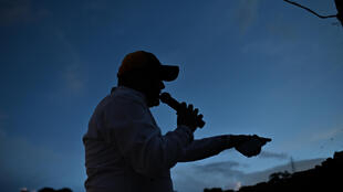El músico venezolano Rubén Peña durante el espectáculo en vivo que realiza desde la azotea de su casa, en San Andrés, Caracas, el 18 de julio de 2020, en medio de la pandemia de COVID-19