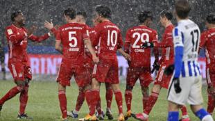 لاعبو بايرن ميونيخ يتبادلون التهنئة عقب الفوز على هرتا برلين (1-صفر) في الدوري الالماني في 5 شباط/فبراير 2021.