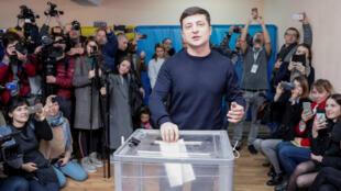 El candidato presidencial y actor cómico Volodimir Zelenski vota en un colegio electoral en Kiev