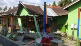 صورة وزعتها الوكالة الوطنية الإندونيسية لإدارة الكوارث في 28 أيلول/سبتمبر تظهر منزلا انهار إثر زلزال في دونغالا في وسط سولاويسي