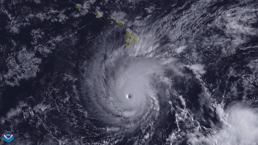 El huracán se muestra a unas 300 millas al sur de la Isla Grande de Hawái a las 14:00 del 22 de agosto de 2018.