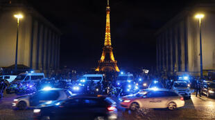 Des policiers manifestent sur la place du Trocadéro à Paris le 14 juin 2020