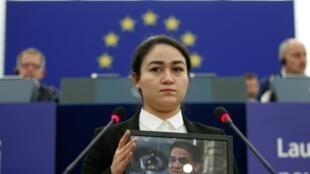 Jewher, fille d'Ilham Tohti, assiste à la cérémonie de remise du prix Sakharov 2019 décerné à son père, au Parlement européen à Strasbourg, le 18 décembre 2019.