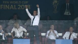 الرئيس الفرنسي محتفلا بتتويج فرنسا بكأس العالم وأمير قطر يتنازل عن كرسيه لبريجيت ماكرون