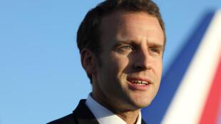 Le président Emmanuel Macron à son arrivée à l'aéroport de Nouméa le 3 mai 2018.
