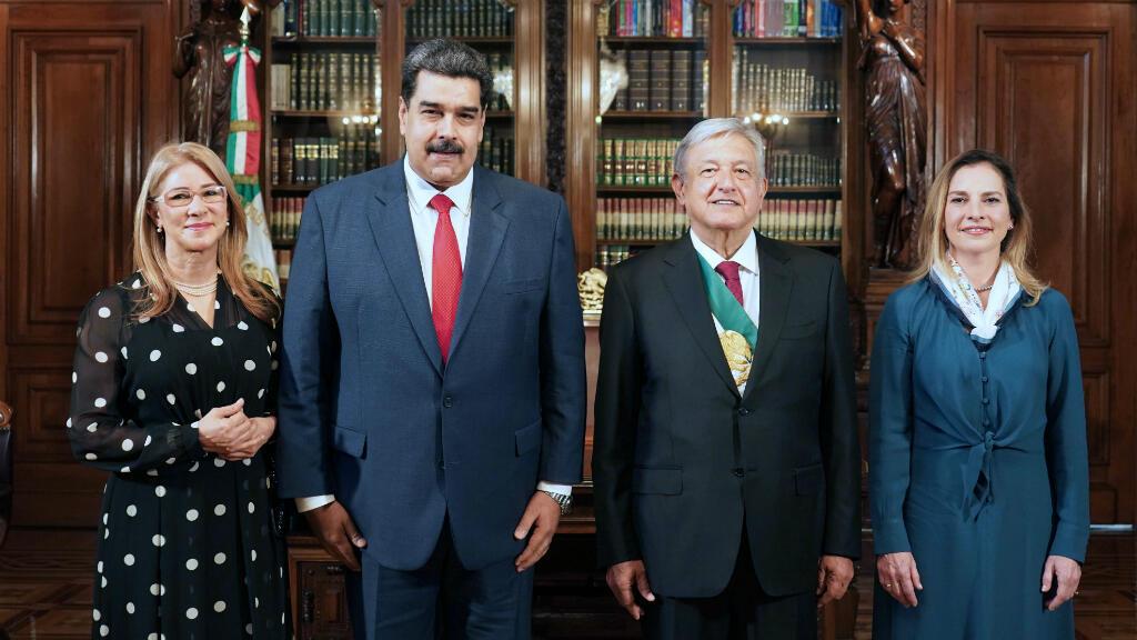 Foto de archivo publicado por la oficina del presidente mexicano Andrés Manuel López Obrador (R) y su esposa Beatriz Gutiérrez Muller posando con el presidente venezolano Nicolás Maduro  y su esposa Cilia Flores, en México, el 12 de dicimebre de 2018.