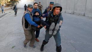 La policía afgana transporta un herido después de un atentado en Kabul, Afganistán. 10/31/2017