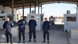 عناصر أمن تونسيون عند معبر رأس جدير الحدودي في 26 تشرين الثاني/نوفمبر 2015