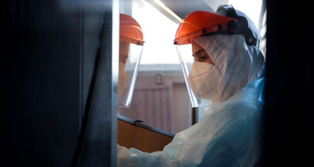 Imagen de archivo que muestra a un trabajador de la salud con un traje de prevención contra el coronavirus.