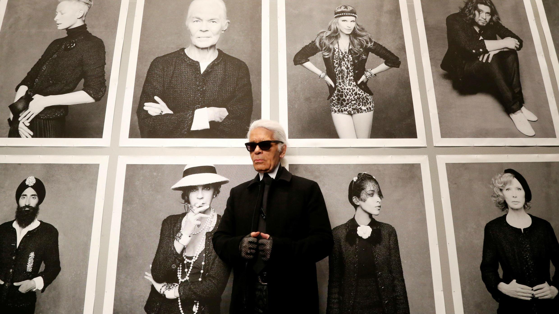 """Karl Lagerfeld, director creativo de Chanel, posa antes de la inauguración de su exposición titulada """"Little Black Jacket"""" en el Grand Palais de París, el 8 de noviembre de 2012."""