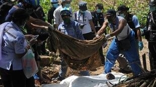 استخراج الجثث من المقبرة الجماعية في تايلاند