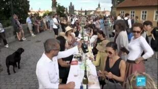 2020-07-01 11:08 Covid-19 en République Tchèque : banquet géant à Prague pour fêter la fin de la crise