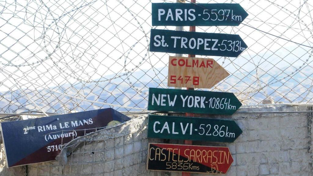Des panneaux indiquent les distances aux villes françaises depuis la base de Tora, dans la vallée de Surobi, le 14 octobre 2001.
