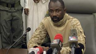 الكولونيل عاصمي غويتا يتحدث إلى وسائل الإعلام في وزارة الدفاع المالية في العاصمة باماكو في 19 آب/أغسطس 2020