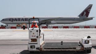 طائرة تابعة لشركة الخطوط الجوية القطرية في مطار حمد الدولي في الدوحة في الأول من نيسان/أبريل 2020