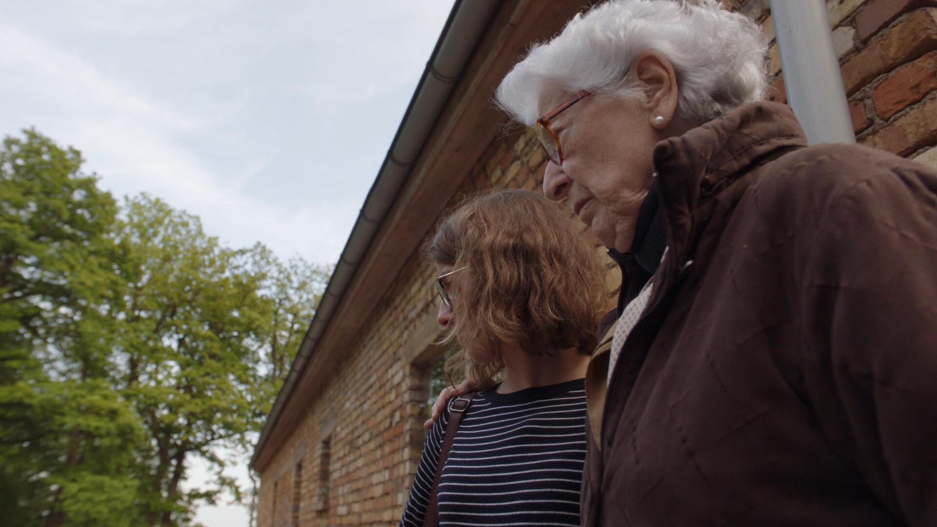 Colette et Lucie près du crématorium du camp de concentration Dora.