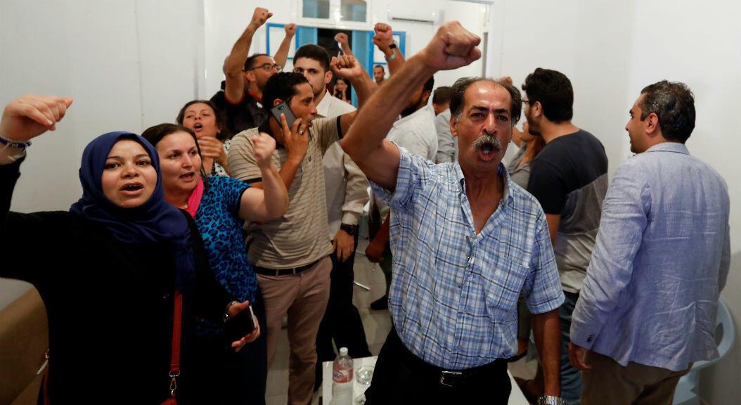 Ciudadanos tunecinos reaccionan, tras conocer los sondeos a boca de urnda de las elecciones presidenciales, el 15 de septiembre de 2019.