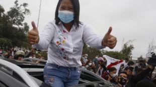 Keiko Fujimori saluda a sus seguidores al salir del colegio electoral donde votó, el 6 de junio de 2021 en Lima