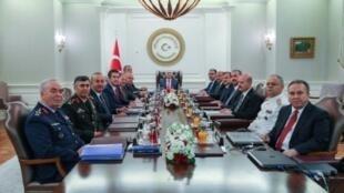 صورة من المكتب الإعلامي لرئيس الوزراء التركي لاجتماع المجلس العسكري الأعلى برئاسة رئيس الوزراء بن علي يلدريم، أنقرة 2 آب/اغسطس 2017