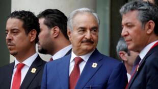 خليفة حفتر القائد العسكري الذي يهيمن على شرق ليبيا يغادر بعد مؤتمر دولي حول ليبيا في قصر الإليزيه في باريس، فرنسا، 29 مايو/ أيار 2018.