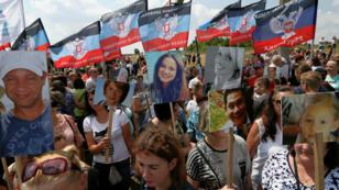 Las personas asisten a una ceremonia que conmemora el quinto aniversario del accidente aéreo del vuelo MH17 de Malaysia Airlines en un memorial cerca de la aldea de Hrabove en la región de Donetsk, Ucrania, 17 de julio de 2019.