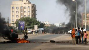 Des manifestants brûlent des pneus à Khartoum le 27 juillet2019 pour protester contre les conclusions de l'enquête sur la répression de l'armée contre le sit-in de manifestants en juin.