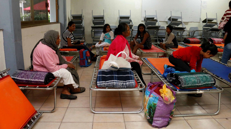 Varias personas permanecen en un albergue durante el mal tiempo causado por la tormenta Lorena este jueves en Puerto Vallarta, en el estado de Jalisco (México).