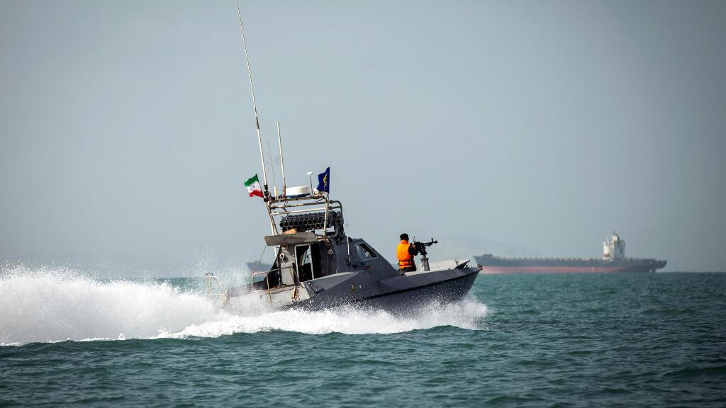 Una patrulla costera de la Guardia Revolucionaria iraní se dirige hacia el Stena Impero que permanece inmóvil al fondo, frente a las costas de Irán.