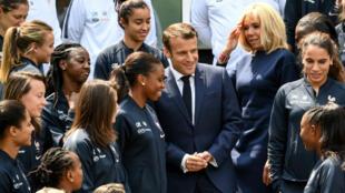 Le président Macron avec les Bleues, au centre d'entraînement de Clairefontaine-en-Yvelines.