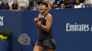 La japonesa Naomi Osaka celebra ante la estadounidense Serena Williams en la final femenina de individuales en el US Open 2018, en el USTA Billie Jean King National Tennis Center de Nueva York, el 8 de septiembre de 2018.