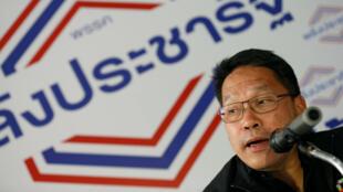 Uttama Savanayana, líder del partido Palang Pracharat, encabeza una conferencia de prensa tras la presentación de resultados preliminares de las elecciones generales en Bangkok, el 27 de marzo de 2019.