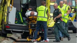 Des secouristes prenant en charge une victime de l'une des fusillades à Christchurch, en Nouvelle-Zélande, le 15 mars 2019.