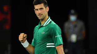 Novak Djokovic celebra su victoria ante Alexander Zverev en el partido de cuartos de final del Abierto de Australia, el 16 de febrero de 2021 en Melbourne