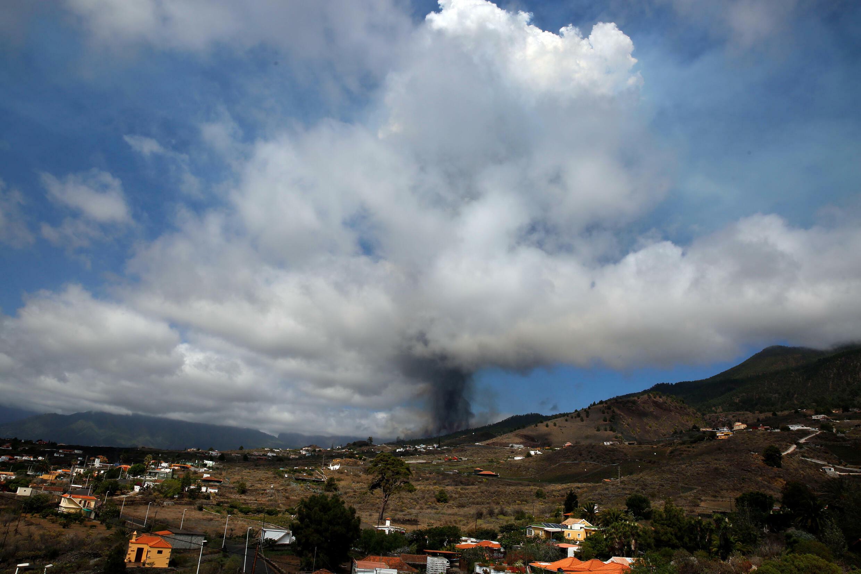 سحابة من الدخان تتصاعد من بركان في جزيرة لا بالما في جزر الكناري في 19 ايلول/سبتمبر 2021