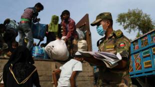 Refugiados rohingyas recién llegados suben a un camión para registrarse después de cruzar la frontera entre Bangladesh y Myanmar en un centro de socorro en la zona de Teknaf, Bangladesh, el 23 de noviembre de 2017.