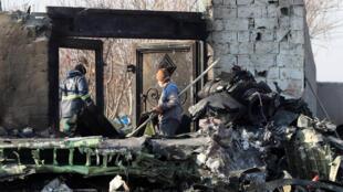 فرق إنقاذ في موقع تحطم الطائرة الأوكرانية قرب مطار طهران، 8 كانون الثاني/يناير 2020