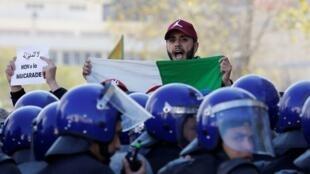 """الجزائريون يقولون """"لا للمهزلة"""" خلال مظاهرات ضد ترشح بوتفليقة لعهدة خامسة، 2019/02/22"""