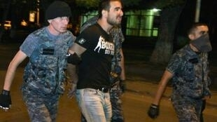 الشرطة تعتقل أحد أنصار المعارضة في يريفان مساء الجمعة 29 تموز/يوليو 2016