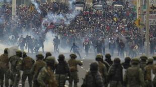 Des manifestants font face à la police à Quito, le 7 octobre 2019.