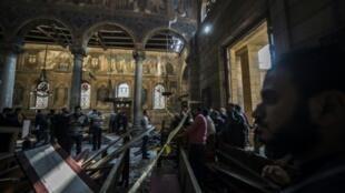 محققون يرفعون الأدلة في موقع التفجير داخل الكنيسة البطرسية بالعباسية  11 ك1/ديسمبر 2016