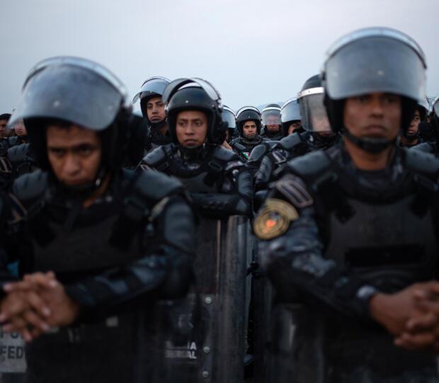 La policía se alinea para un bloqueo temporal de la caravana de miles de migrantes de América Central, en ruta a Estados Unidos, que se dirigía a San Pedro Tapanatepec desde Arriaga, México, 27 de octubre de 2018.