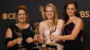 """Ann Dowd, Elisabeth Moss et Alexis Bledel posent avec leurs prix obtenus pour le thriller """"La Servante écarlate""""."""