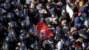 الشرطة التونسية تمنع متظاهرين من الوصول إلى مبنى البرلمان في 26 كانون الثاني/يناير 2021 فيما دار نقاش حاد بين النواب بالداخل حول تعديل وزاري.
