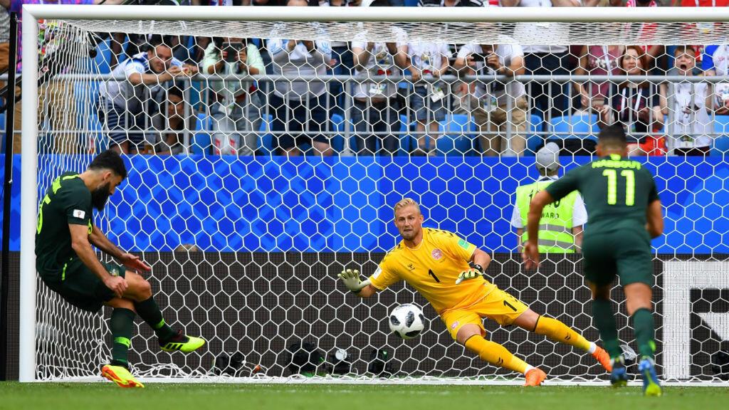 Mile Jedinak marca el penalti, sancionado con el VAR, con el que Australia logró empatar 1-1 el partido ante Dinamarca. El resultado deja con vida a los australianos.