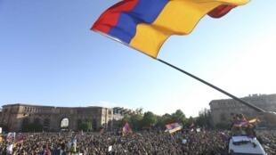 Un grupo de manifestantes mientras celebraba la renuncia del primer ministro Serge Sarkissian en el centro de Ereván, Armenia, el 23 de abril de 2018.