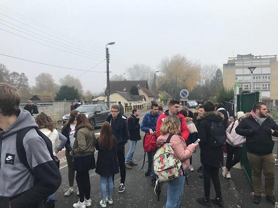 """تجمع طلابي أمام مبنى ثانوية """"مانديس فرانس"""""""