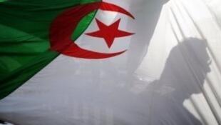 العلم الجزائري مرفرفا.