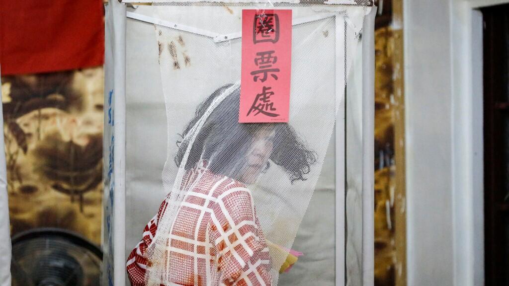 Un votante taiwanés es retratado en una cabina de votación durante las elecciones generales en Kaohsiung, Taiwán, el 11 de enero de 2020.